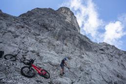Mountainbiken im Rätikon - Klettern mit bike, ein ungewöhnliches Bild