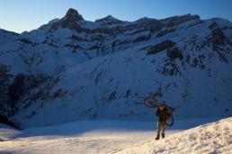 Downthehill Snowride - Massive Felswände im Hintergrund