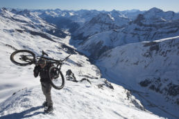 Downthehill Snowride - Aufstieg vor Winterpanorama