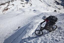 Downthehill Snowride - Spitzkehren mit Tiefblick