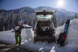 Snowboardtouren Kleinwalsertal, der Parkplatz muss geschaufelt werden